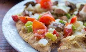 פיצה פיתה פרווה בגרסה הים תיכונית