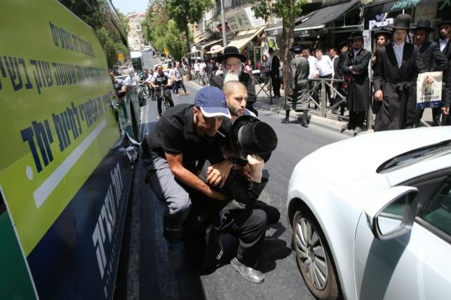 חובש כיפה נעצר: השחית מודעות בחירות