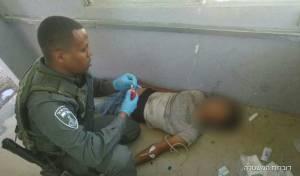 """הפלשתיני מטופל במחסום - פלסטיני התנגש בעץ וטופל על ידי לוחמי מג""""ב"""