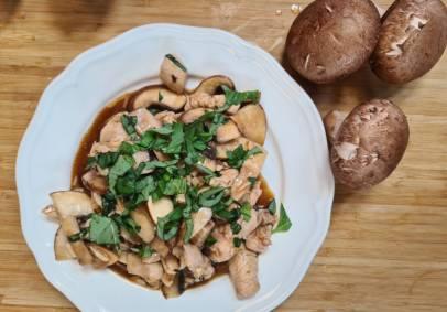 לדיאטה ולא רק: חזה עוף מוקפץ עם פורטבלו ובזיליקום