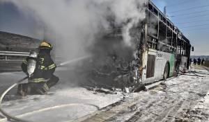 אוטובוס עלה בלהבות ענק בצומת בית רימון