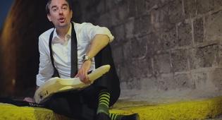 """מתוך הקליפ של """"דספזלטוב"""" - מה אני חושב על השיר המוזר של עמירן דביר // ביקורת"""