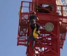 החילוץ המסובך - דרמטי: אדם נלכד במנוף גבהים. צפו בחילוץ