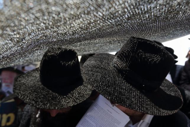 אבות עם כותנות עור וכובעים מ... ארנבים
