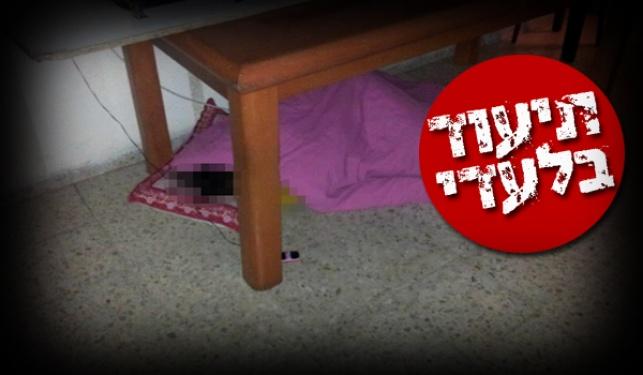 אחת הבנות ישנה על הרצפה