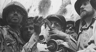 """הרב הראשי לצה""""ל, שלמה גורן תוקע בשופר ברחבת הכותל המשוחרר - מלחמת ששת הימים שלב אחר שלב"""