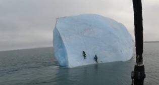 מפחיד: טיפסו על קרחון ענק שהתהפך לים