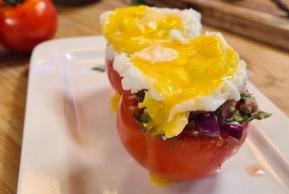 גם מרשים וגם דיאטטי: עגבניות ממולאות בסלט טונה וחלמון ביצה