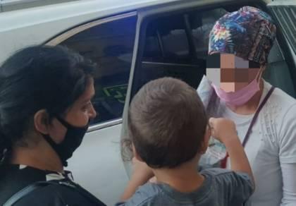 הילד מוחזר לזרועות אמו