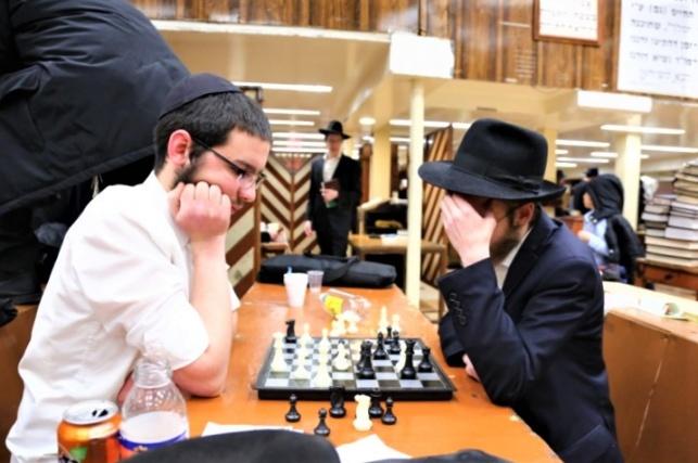 בחורים משחקים שחמט ב-770