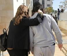 אחד העצורים בפרשה, מחוץ לבית המשפט