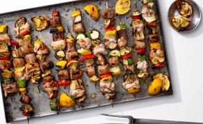 שיפודי עוף עם נקניקיות ופלפלים צבעוניים