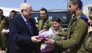 הנשיא ריבלין חילק משלוחי מנות לחיילים