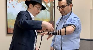 נגד האנטישמיות: חבר הפרלמנט עם תפילין