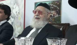 """מרן הגר""""ע יוסף בשמחת חג בסוכתו • וידאו"""