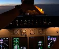 הדלקת נר חנוכה על המטוס ב'קוקפיט' • צפו