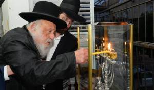 """מברך ושר: הגרב""""ד פוברסקי בהדלקת נרות"""
