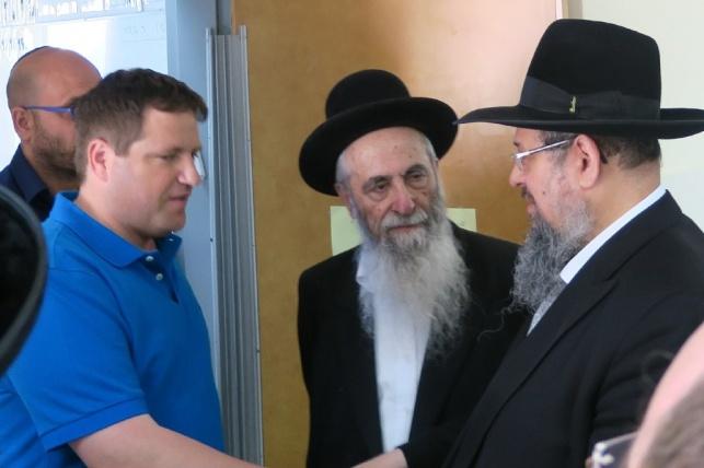 הרב רוזנבאום (מימין) עם ראש העיר. ארכיון
