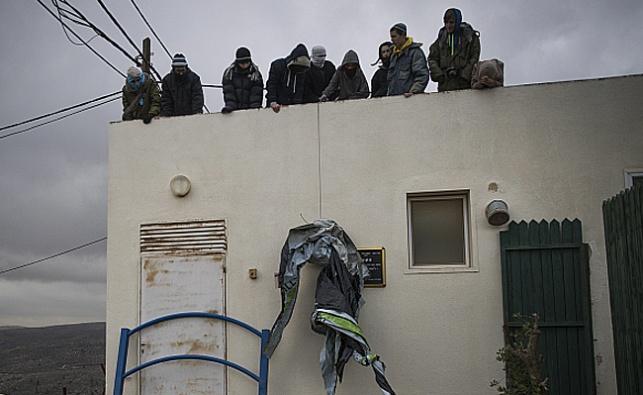 פעילי הימין מתבצרים על גג אחד הבתים