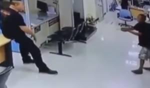 תוקף נכנס עם סכין לתחנה; השוטר הפתיע
