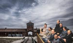 חלק מהנאצים על ספסל הנאשמים על רק מחנה הריכוז אושביץ
