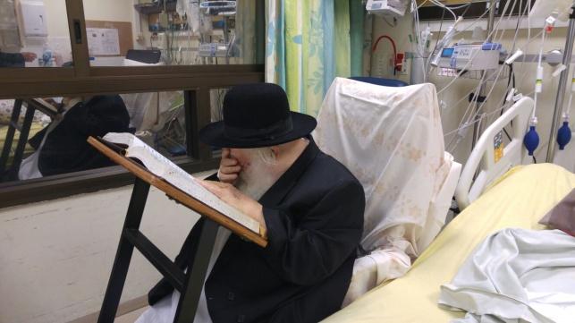 """הגר""""ח קנייבסקי מתפלל 'מעריב' בבית החולים"""