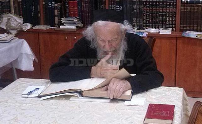 רבי יעקב אדלשטיין שוקד על תלמודו, הבוקר