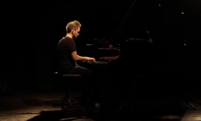 """מנדי פורטנוי בביצוע פסנתר מרהיב לניגון החב""""די"""
