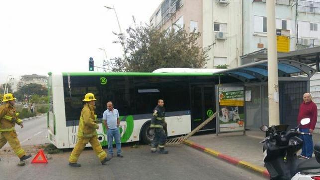 אוטובוס חצה שני נתיבים והתנגש במבנה