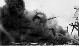 אחת הספינות האמריקניות בוערות, לאחר המתקפה היפנית