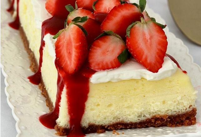 עוגת גבינה ותותים חגיגית בניחוח חורפי