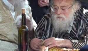 """תיעוד נדיר: האדמו""""ר באכילת עיניים של דג"""