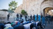 """מוסלמים מתפללים בשער האריות - """"ה'הזויים' שעולים להר הבית מסכנים אותנו"""""""