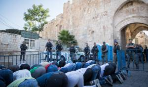 מוסלמים מתפללים בשער האריות