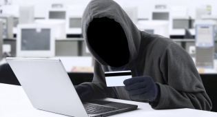 זייפו כרטיסי אשראי, גנבו מבעליהם ונתפסו