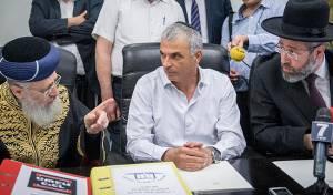 שר האוצר והרבנים הראשיים - האוצר: לאחד את הרבנות ומשרד הדתות