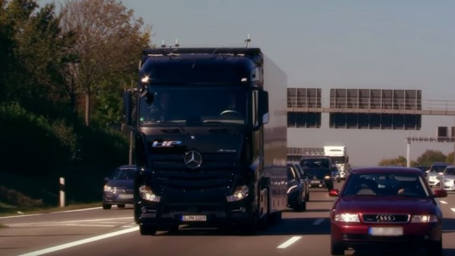 """המשאית ה""""עצמאית"""" של מרצדס כבר בכביש"""