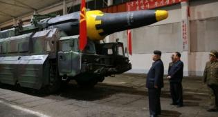קים ג'ונג און ליד טיל בליסטי חדש - צפון קוריאה מאיימת: תהיה מלחמה גרעינית