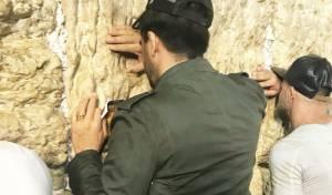 הזמר רותם כהן במעמד הסליחות בכותל. צפו