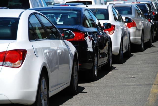 מגרש מכוניות אמריקאיות, בעיר דנבר.