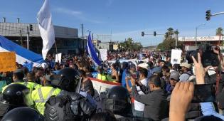 """מהומות וגז מדמיע בגבול מקסיקו וארה""""ב"""