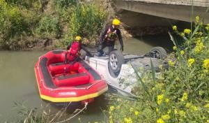 סריקות אחר נוסעים שהתהפכו לתוך הנחל