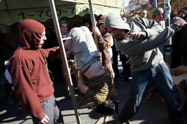 """קיצונים הציגו בכיכר השבת: """"עינויי השב""""כ"""""""