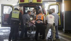 """אמבולנס מד""""א, אילוסטרציה - בן 8 נפצע אנוש משער שנפל עליו בירושלים"""