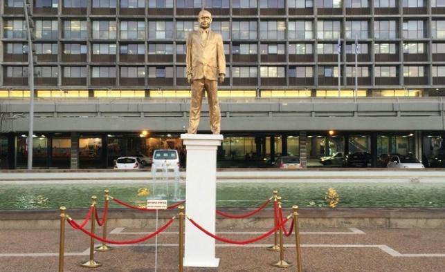 בכיכר רבין: פסל מוזהב של... נתניהו