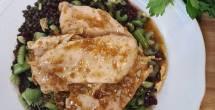 חזה עוף צלוי בחרדל על סלט עדשים שחורות
