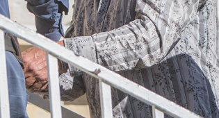 אילוסטרציה - אושר בטרומית: סנקציות דתיות על סרבני גט