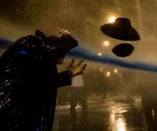 האירוע המביך - שוטרת העיפה כובע למפגין - והושפלה. צפו