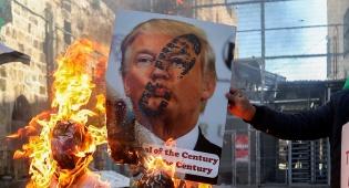 שריפת תמונתו של טראמפ בהפגנות פלסטינים