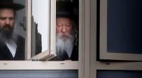 """האדמו""""ר מגור בחלון בית המדרש בירושלים"""
